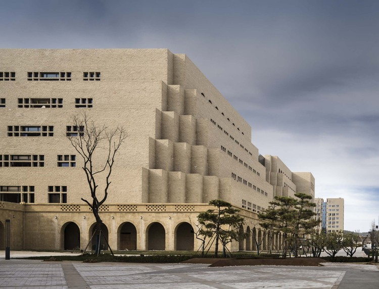 The New Campus of Yan'an University / THAD, library exterior. Image © Li Yao