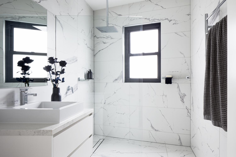 Duchas a ras de suelo, sin puertas ni cortinas: consejos y ejemplos de diseño,Downside Up House / WALA. Image © Tatjana Plitt