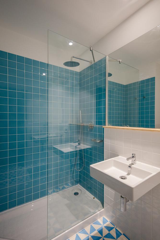 Duchas a ras de suelo, sin puertas ni cortinas: consejos y ejemplos de diseño,Hostel CONII / Estudio ODS. Image © João Morgado