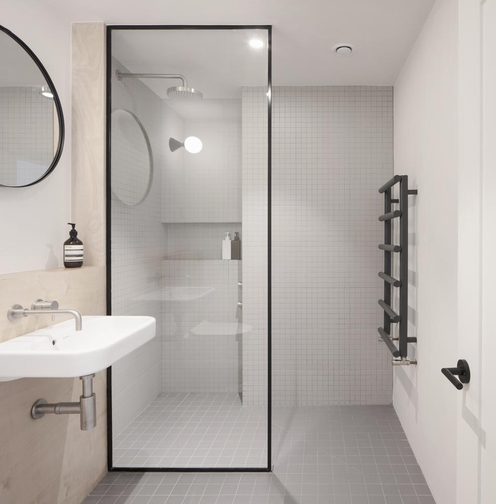 Duchas a ras de suelo, sin puertas ni cortinas: consejos y ejemplos de diseño,House for a Stationer / Architecture for London. Image © Christian Brailey