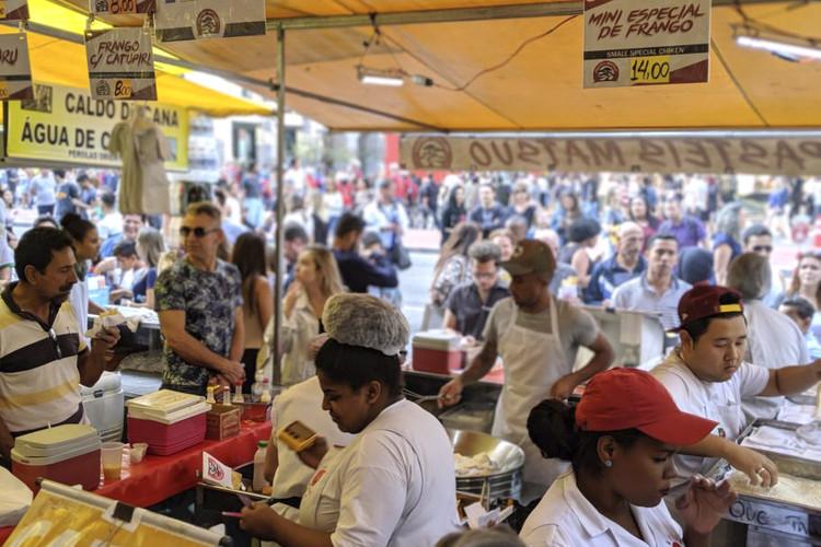 A comida e o espaço público , Pastel de feira em São Paulo. Foto: Anthony Ling