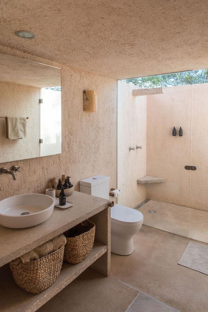 Duchas a ras de suelo, sin puertas ni cortinas: consejos y ejemplos de diseño,Casa de monte / TACO taller de arquitectura contextual. Image © Leo Espinosa
