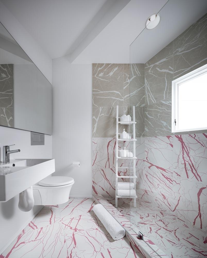 Duchas a ras de suelo, sin puertas ni cortinas: consejos y ejemplos de diseño,Haus Gables / MALL. Image © NAARO