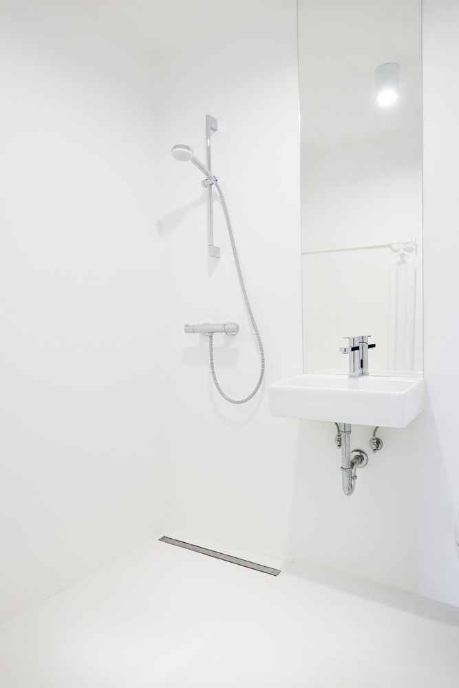 Duchas a ras de suelo, sin puertas ni cortinas: consejos y ejemplos de diseño,La vida después de Madrid / Arhitektura d.o.o.. Image © Miran Kambič