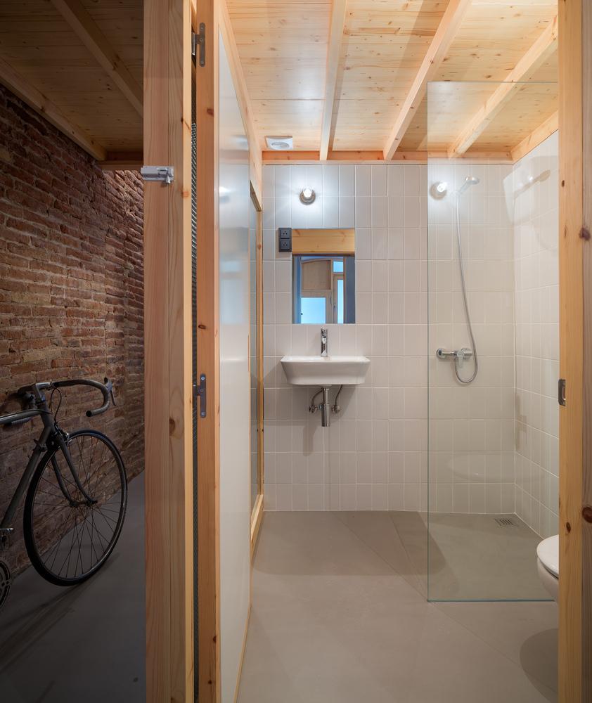 Duchas a ras de suelo, sin puertas ni cortinas: consejos y ejemplos de diseño,Can Ghalili / LoCa Studio. Image © Pol Viladoms