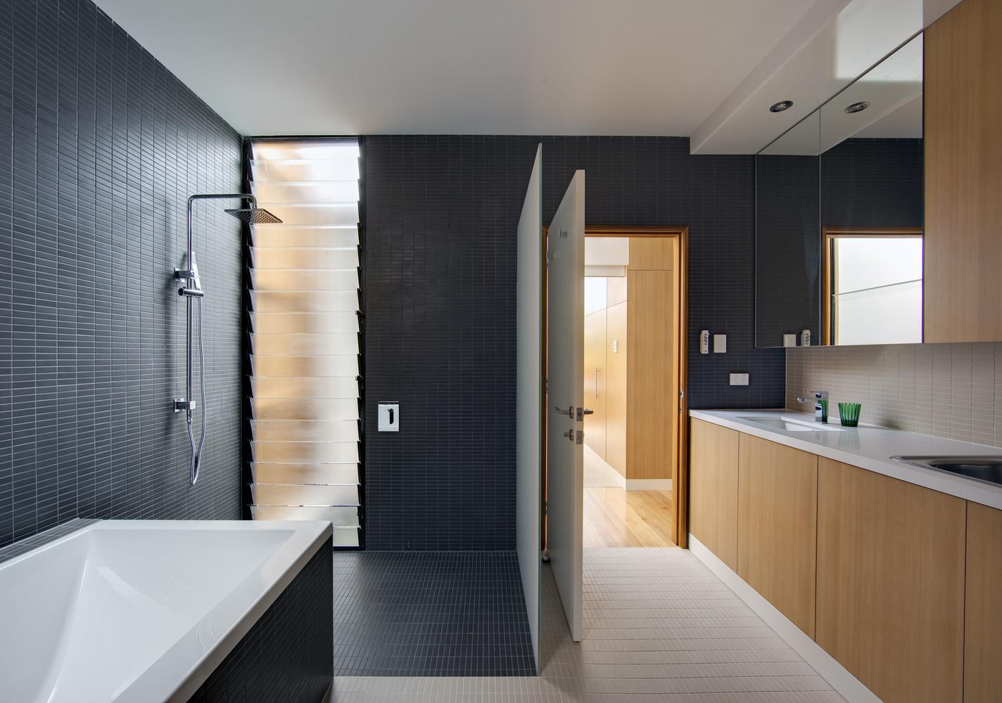 Duchas a ras de suelo, sin puertas ni cortinas: consejos y ejemplos de diseño,Curl Curl Residence / CplusC Architectural Workshop. Image © Murray Fredericks
