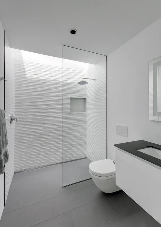 Duchas a ras de suelo, sin puertas ni cortinas: consejos y ejemplos de diseño, AUTOHAUS / Matt Fajkus Architecture. Image © Charles Davis Smith