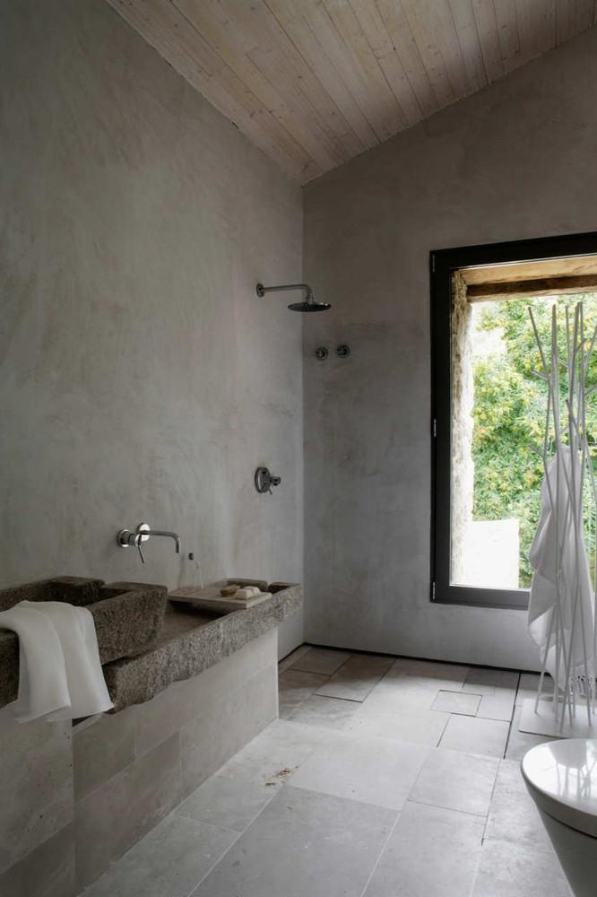Duchas a ras de suelo, sin puertas ni cortinas: consejos y ejemplos de diseño,Estate In Extremadura / Ábaton Arquitectura. Image Cortesía de Ábaton Architects