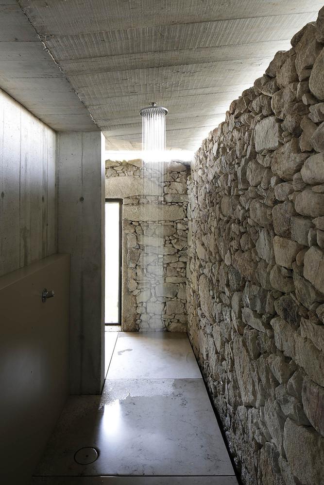 Duchas a ras de suelo, sin puertas ni cortinas: consejos y ejemplos de diseño,Pombal / AZO. Sequeira Arquitectos Associados. Image © Nelson Garrido