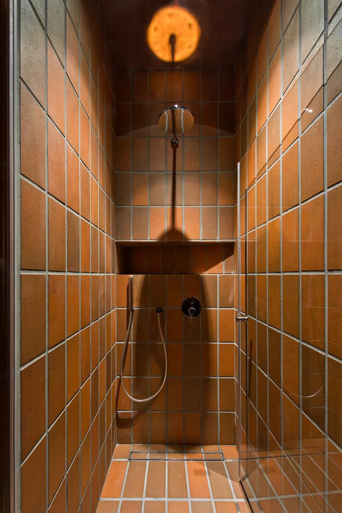 Duchas a ras de suelo, sin puertas ni cortinas: consejos y ejemplos de diseño,Bazillion / YCL Studio. Image © Leonas Garbačauskas