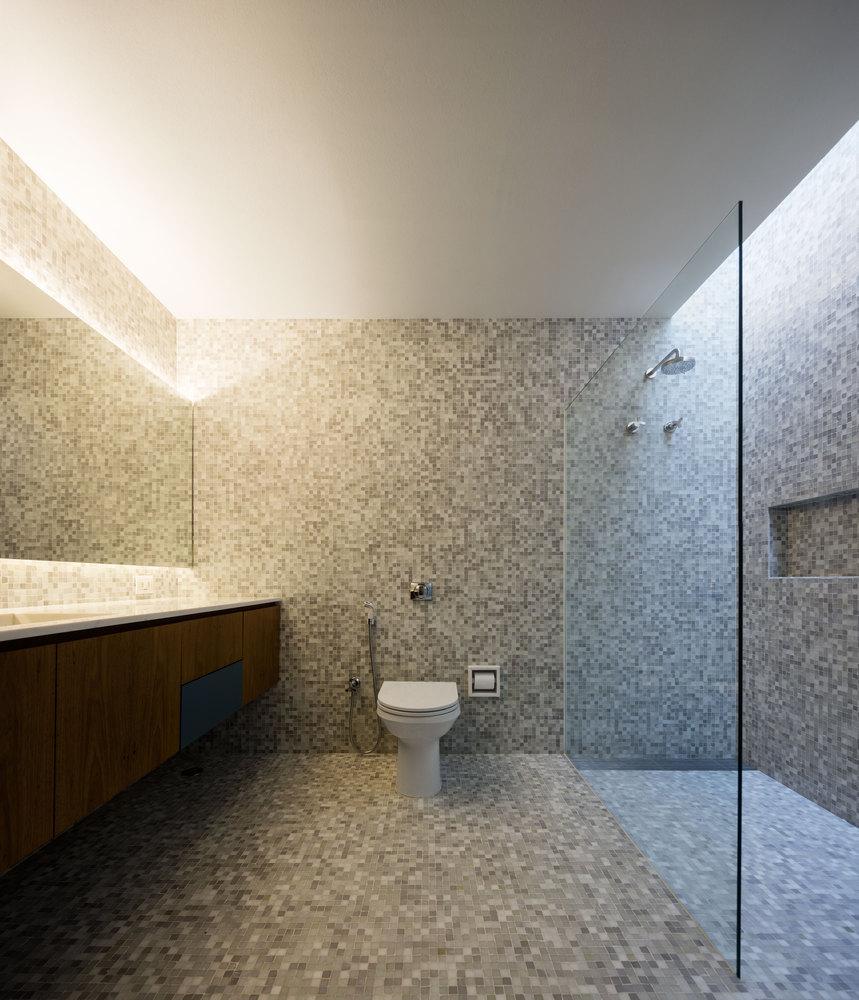 Duchas a ras de suelo, sin puertas ni cortinas: consejos y ejemplos de diseño,C+C House / Studio MK27 - Marcio Kogan + Samanta Cafardo. Image © Fernando Guerra | FG+SG