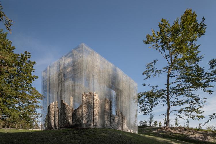 Malla metálica con piedras locales forma una ruina a cielo abierto, © Roberto Conte