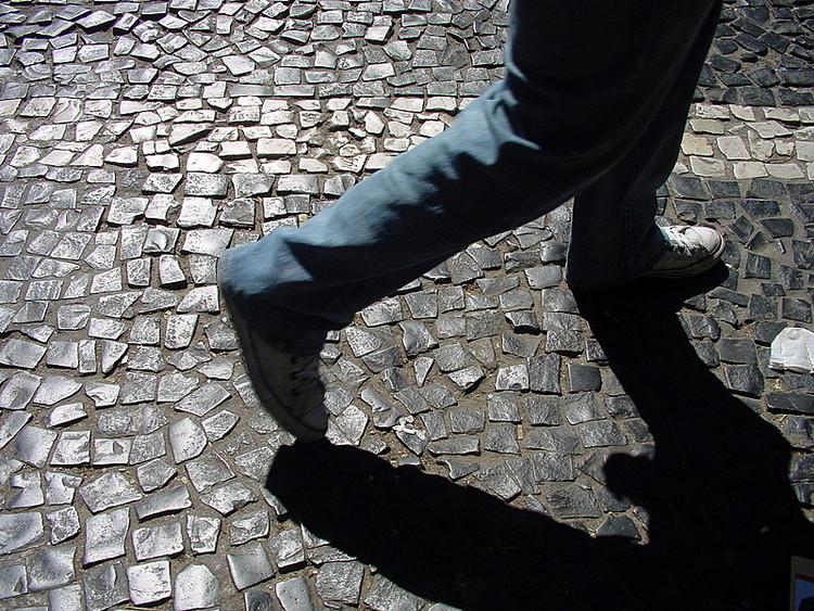 Estudo revela a precariedade das calçadas nas 27 capitais brasileiras, Calçada em São Paulo. Foto: Marina Burity, via Flickr. Licença CC BY-SA 2.0