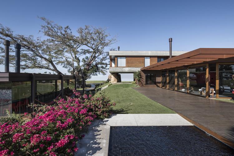 Casas brasileiras: 10 residências com edícula, Casa da Figueira / Stemmer Rodrigues Arquitetura. Imagem: © Marcelo Donadussi