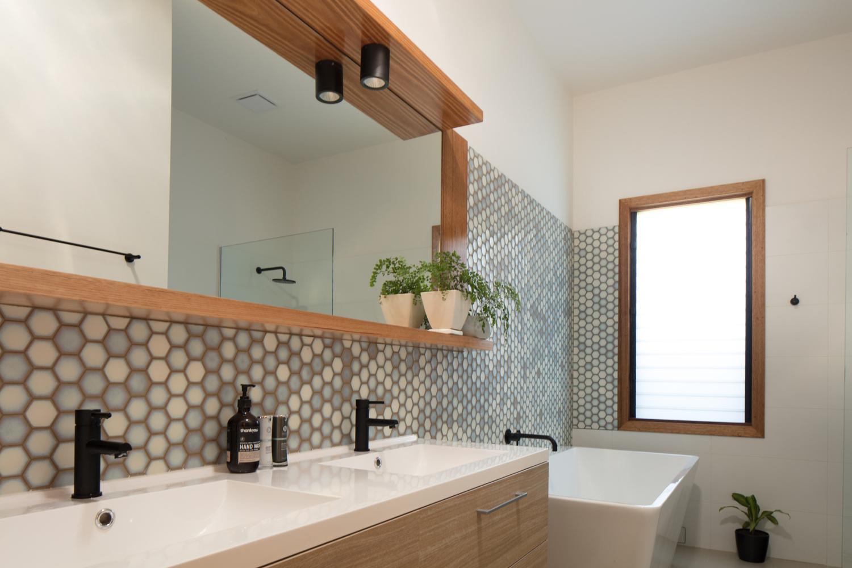 ¿Cuáles son los mejores revestimientos para baños?,© Nic Granleese. Image Urban Barnyard House / Inbetween Architecture