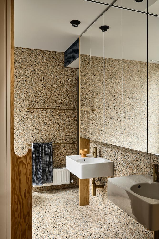 ¿Cuáles son los mejores revestimientos para baños?,© Derek Swalwell. Image Residência Carvalho / Kennedy Nolan