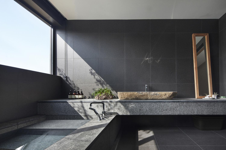¿Cuáles son los mejores revestimientos para baños?,© Jae-yoon Kim. Image SIHORU / 100A associates