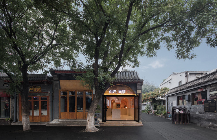 Miss Hai's Rose Cake / WUXU Architect, Front View of the shop. Image © Luluxi