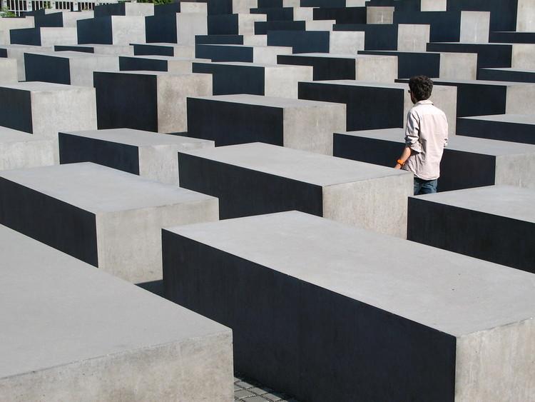 Lugares complexos: sobreposições da arquitetura, arte e paisagem em quatro obras , Memorial aos Judeus Mortos da Europa. Foto: paula soler-moya, via Flickr. Licença CC BY-NC-ND 2.0