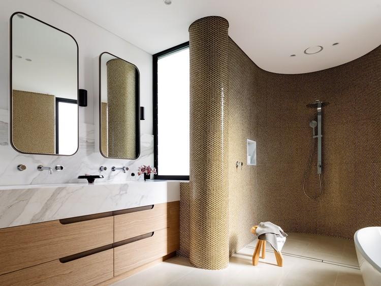 Quais são os melhores revestimentos para banheiros?, © Justin Alexander. Image Tamarama House / Porebski Architects