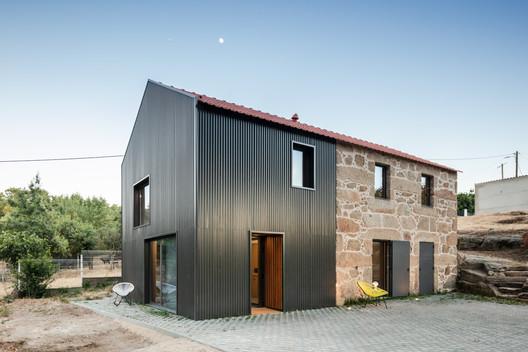 MCR2 House / Filipe Pina + Maria Ines Costa