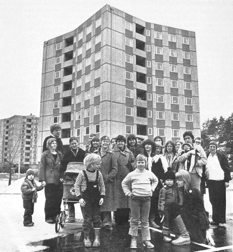 Stacken: el primer modelo de cohousing con autogestión, trabajo comunitario y feminismo en Suecia, Stacken con inquilinos en los años 80. . Image © Mats Petterson