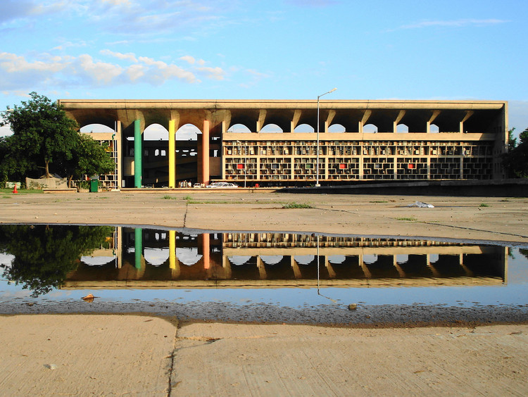 Le Corbusier High Court, Chandigarh, India . Image © GB Pandey under the license CC by-SA 2.0