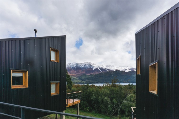 Twin Cabins in the Patagonian Andes / Estudio forma, Cortesía de Estudio Forma