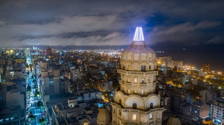 Un nuevo faro completa la icónica cúpula del Palacio Salvo en Uruguay, Vista Nocturna Aérea, Fotografía Dron 5. Image Cortesía de Federico Lagomarsino