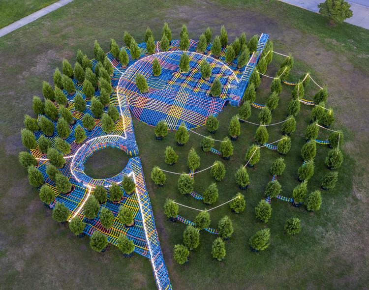 """Intervenção Temporária """"Into the Hedge"""" / SO-IL, © Hadley Fruits"""
