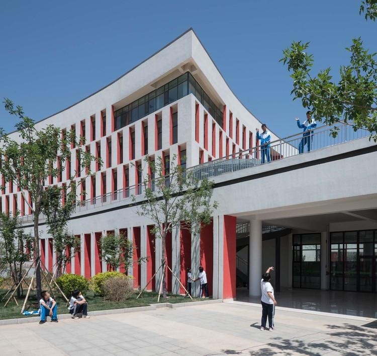 Jiyang Xinyuan School / BPD Architects, complex building noon. Image © Xufeng Cui
