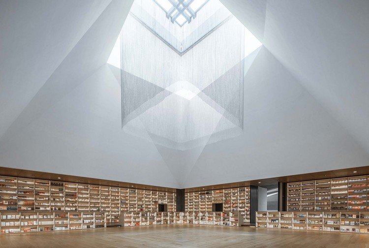 Fengdong E Pang Bookstore / Gonverge Interior Design, multifunctional area. Image © Weiqi Jin