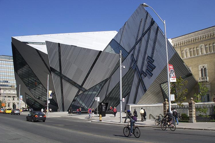 Afinal, por que ainda falamos sobre o modernismo?, Arquitetura desconstrutivista de Daniel Libeskind. Royal Ontario Museum, Toronto, Canadá. Imagem: Alexandre Kozoubsky/Flickr