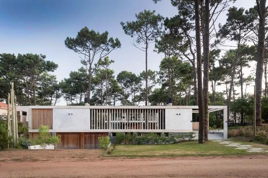 Kozu House / Martin Gomez Arquitectos