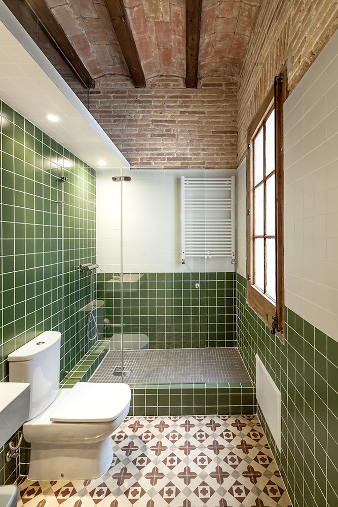 ¿Cuáles son los mejores revestimientos para baños?,© Adrià Goula. Image Renovation of an apartment in Eixample / Sergi Pons