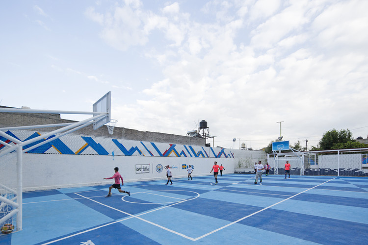Cancha LA DOCE/ love. fútbol + All Arquitectura. Image © Marcos Betanzos