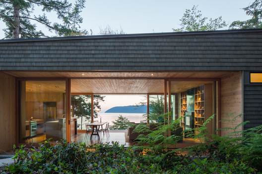Lone Madrone Retreat / Heliotrope Architects