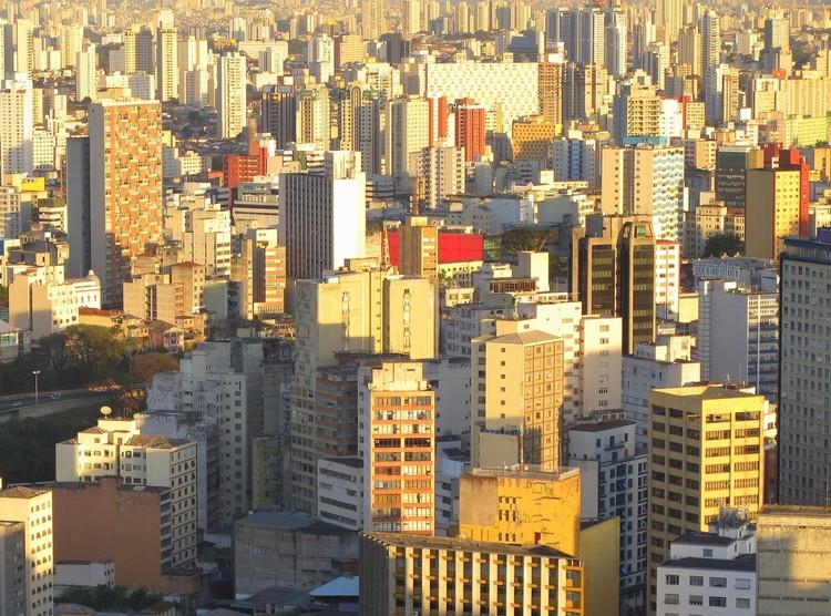 """""""Precisamos mudar nossa maneira de viver em larga escala"""": entrevista com Mark Kingwell, Vista aérea de São Paulo. Image © Paul Clemence"""