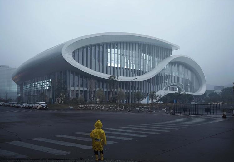Zhejiang HuangLong Aquatics Center  / CSADI, street view. Image © Zheng Shi
