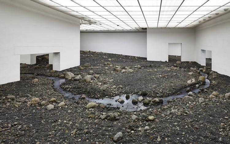 Como o espaço transforma a arte: instalações site specific, Exposição Riverbed do artista Olafur Eliasson. Cortesia de Louisiana Museum of Modern Art