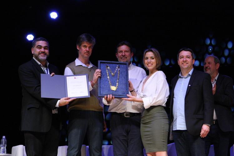 Clóvis Ilgenfritz da Silva recebe Colar de Ouro durante abertura do 21° Congresso Brasileiro de Arquitetos, © Marcos Pereira | Cortesia de 21º CBA