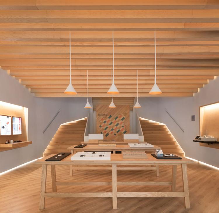 Escaleras que estructuran el espacio:  ejemplos en los proyectos de Yemail Arquitectura, Boutique IQOS - 2017. Image © Federico Cairoli