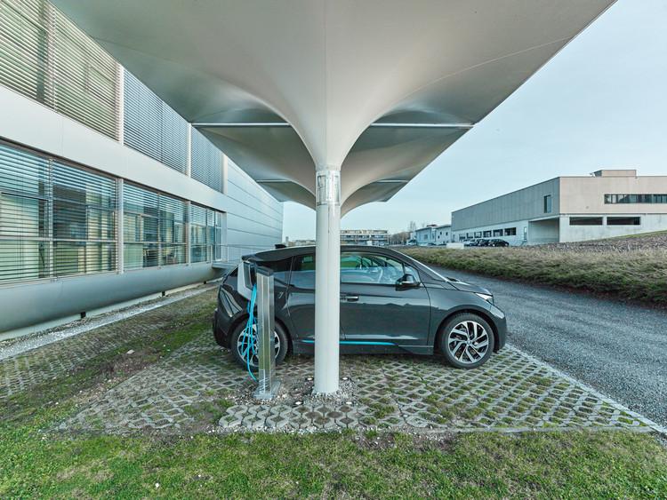 Puerto para automóviles solares: energía renovable para cargar su automóvil eléctrico. Imagen © MDT-Tex