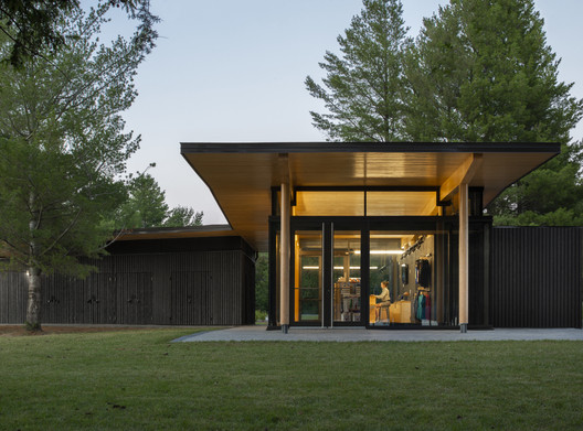 Opeongo Park Service Center Pavilion / Anne Carrier architecture