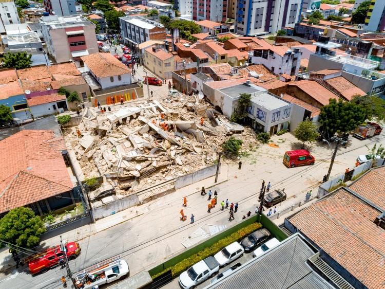 Edifício residencial desaba deixando vítimas em Fortaleza, Imagens de drone mostram destroços de prédio que desabou em Fortaleza. Foto: Gustavo Pollizzon/G1