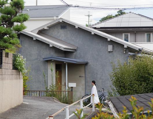 Casa entre un parque y una granja / Hiroto Kawaguchi