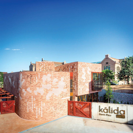 The first Maggie's Centre in continental Europe, Kálida Barcelona opened in May of this year. Architect Benedetta Tagliabue's redbrick and honeycomb-shaped ceramic tile facade complements the Art Nouveau Hospital de la Santa Creu i Sant Pau, a UNESCO World Heritage Site. Courtesy © Paola Acevedo/Fundació