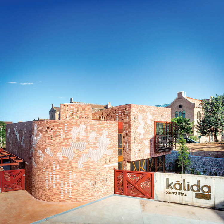 How Maggie's Centres Help Cancer Patients Find Strength from Within, The first Maggie's Centre in continental Europe, Kálida Barcelona opened in May of this year. Architect Benedetta Tagliabue's redbrick and honeycomb-shaped ceramic tile facade complements the Art Nouveau Hospital de la Santa Creu i Sant Pau, a UNESCO World Heritage Site. Courtesy © Paola Acevedo/Fundació
