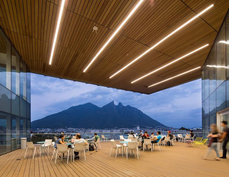 Estos son los ganadores del Premio Interceramic Arquitectura e Interiorismo 2019, Arq. Rodrigo de la Peña y Arq. Gilberto Rodríguez, de Sasaki Associates, GLR Arquitectos + RDLP Arquitectos / Biblioteca Tec de Monterrey. Image Cortesía de Interceramic