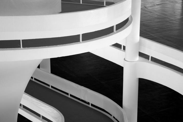 Fundação Bienal oferece passeios gratuitos pelo Pavilhão de Oscar Niemeyer, Rampas do Pavilhão Ciccillo Matarazzo. © Dré Batista, via Flickr. Licença CC BY-NC-ND 2.0